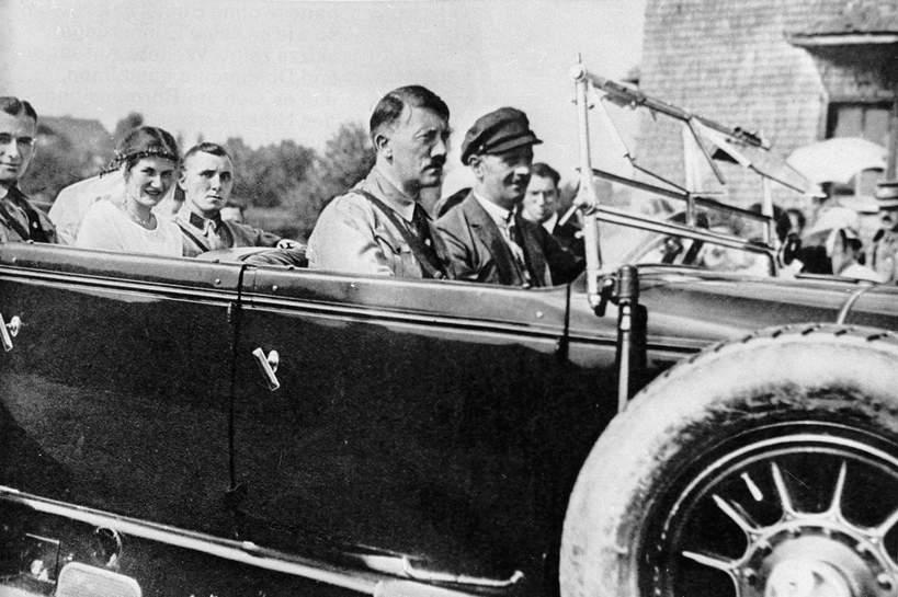 Gerda Bormann w dniu ślubu - siedzi między mężem i ojcem. Obok kierowcy siedzi Adolf Hitler
