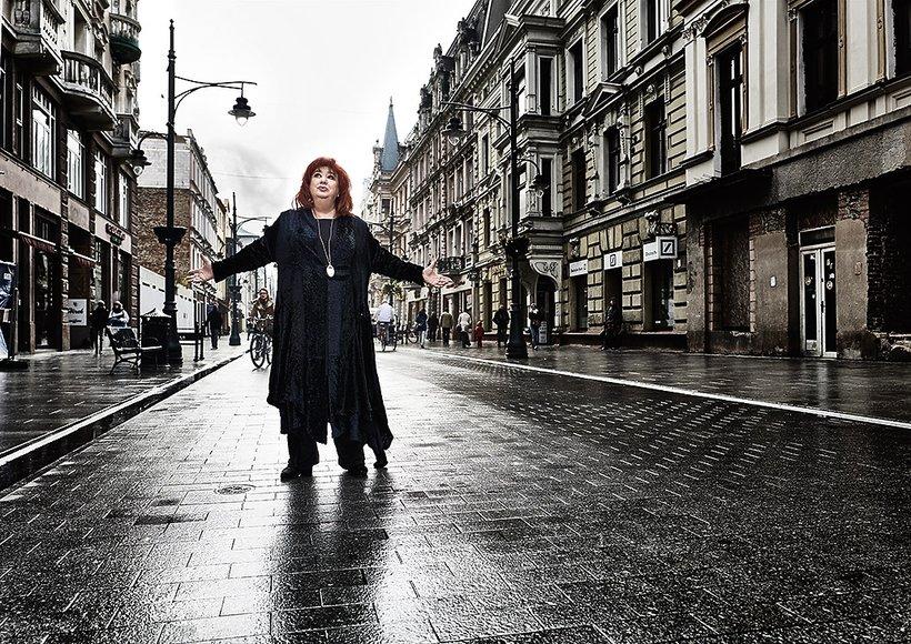 Gołda Tencer na ulicy w Łodzi