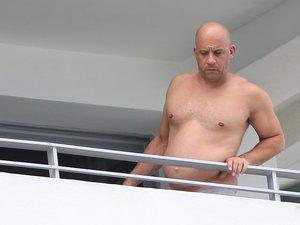 Gwiazdor kina akcji Vin Diesel z brzuszkiem