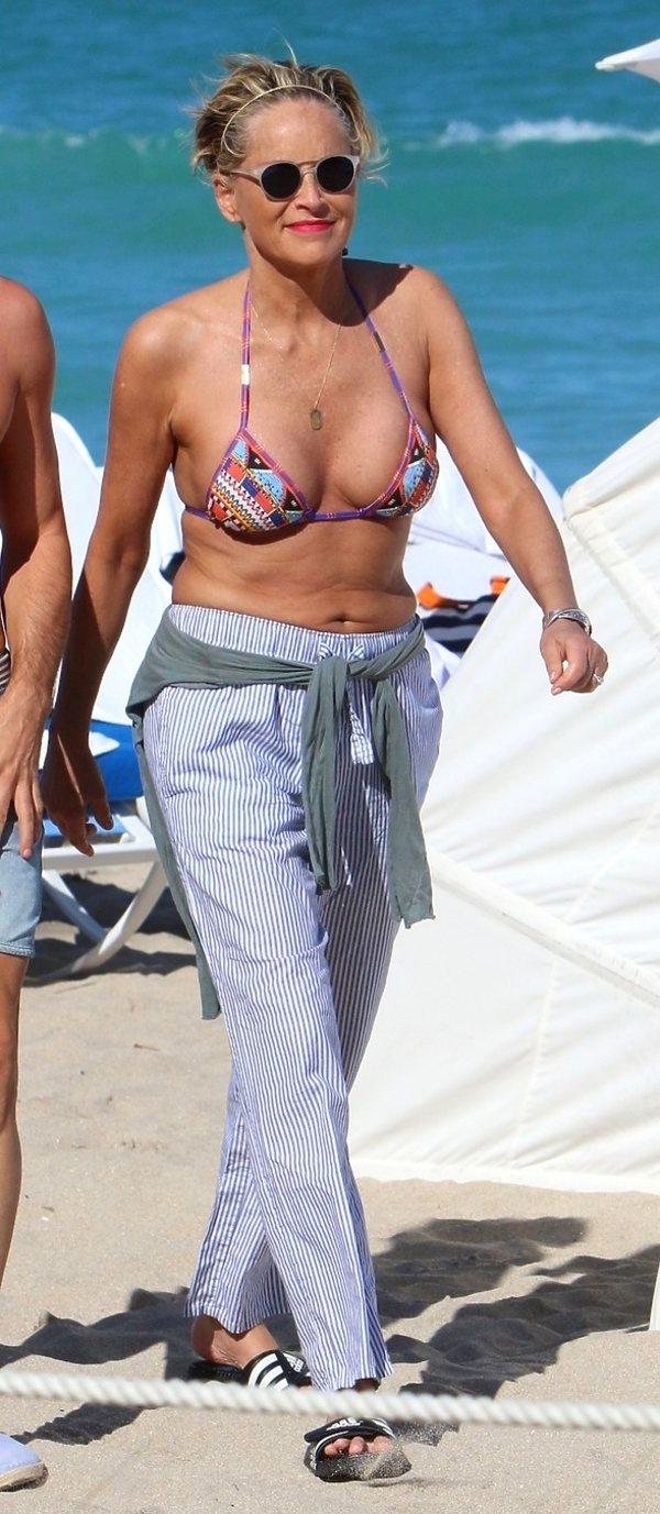 527cfb42ca575f Jak dobrze wyglądać na plaży po 60.? Gwiazdy w kostiumach ...