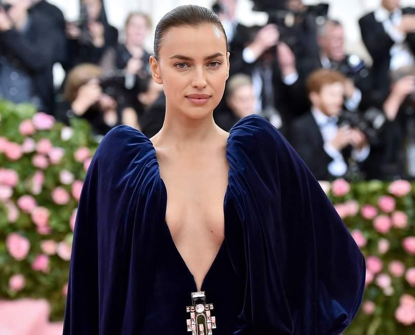 Irina Shayk 2021 suknia z dekoltem 2021
