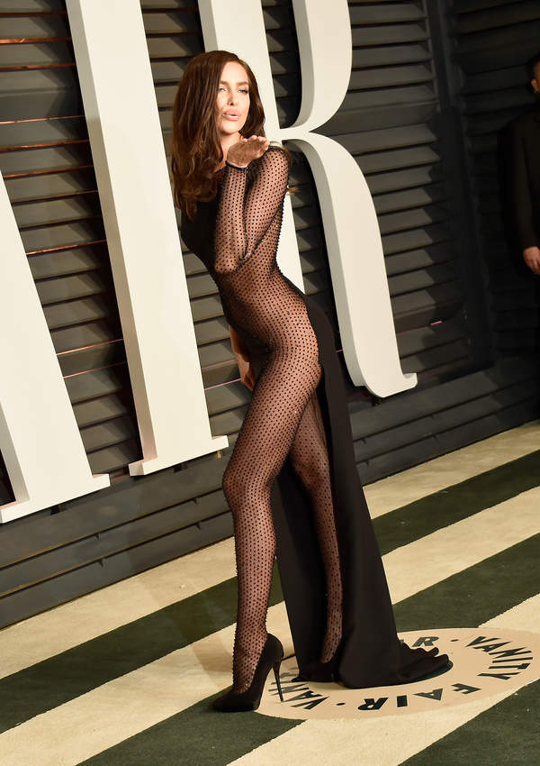 Irina Shayk 2021 w sukni prześwitującej