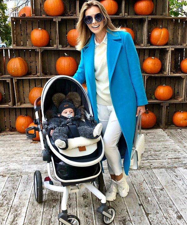Izabela Janachowska na spacerze w niebieskim płaszczu