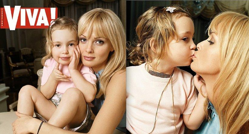 """Izabella Scorupco z córką, """"Viva!"""" luty 2001"""