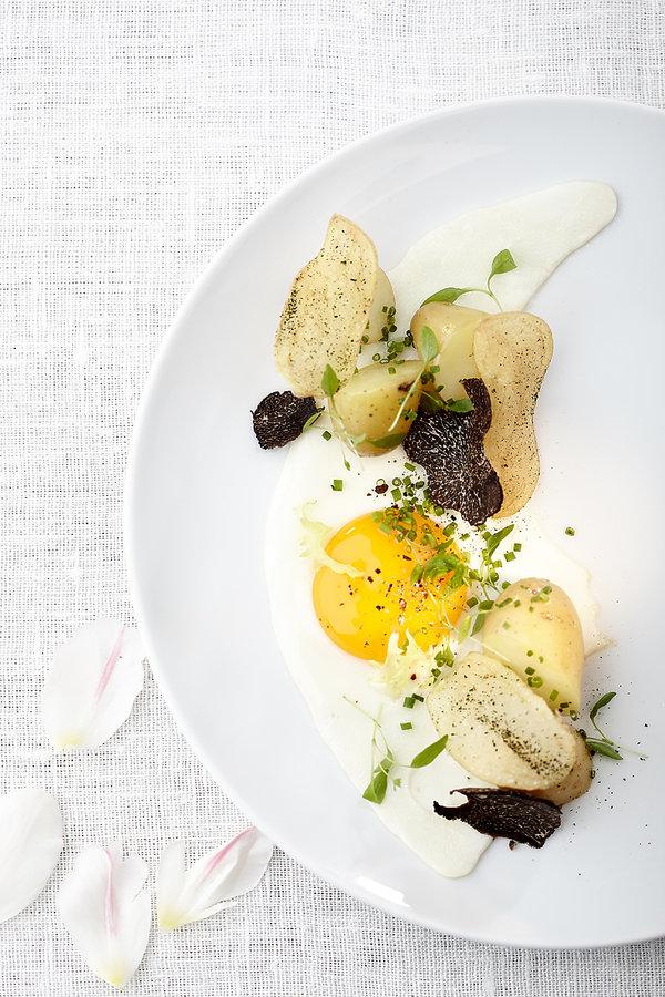 Jajko zielononóżki z młodymi ziemniakami, szczypiorkiem i truflą