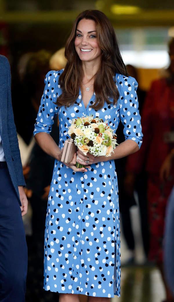 jak-ubiera-sie-na-konferencje-na-zoom-ksiezna-kate-niebieska-sukienka2