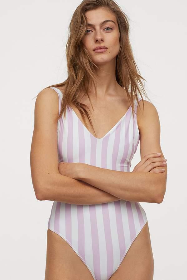jak-wybrac-idealny-stroj-kapielowy-i-bikini-na-szerokie-biodra-modne-modele-znajdziesz-w-hm