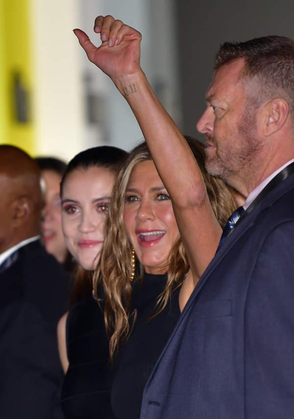 Jaki-tatuaz-na-nadgarstku-ma-Jennifer-Aniston