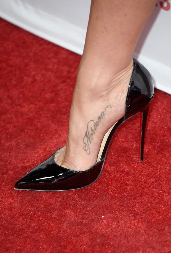 Jaki-tatuaz-na-stopie-jennifer-aniston-2020