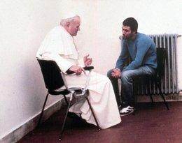Jan Paweł II rozmawia z Ali Agca
