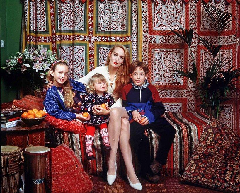 Jerry Hall dziećmi ze związku z Mickiem Jaggerem w domu w Richmond, 1996 rok