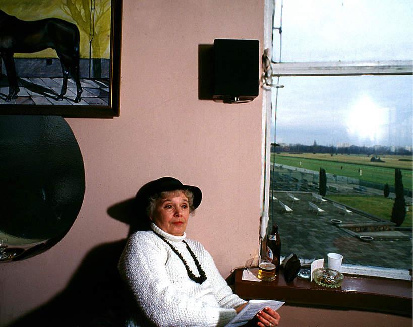 Joanna Chmielewska w kapeluszu na wyścigach