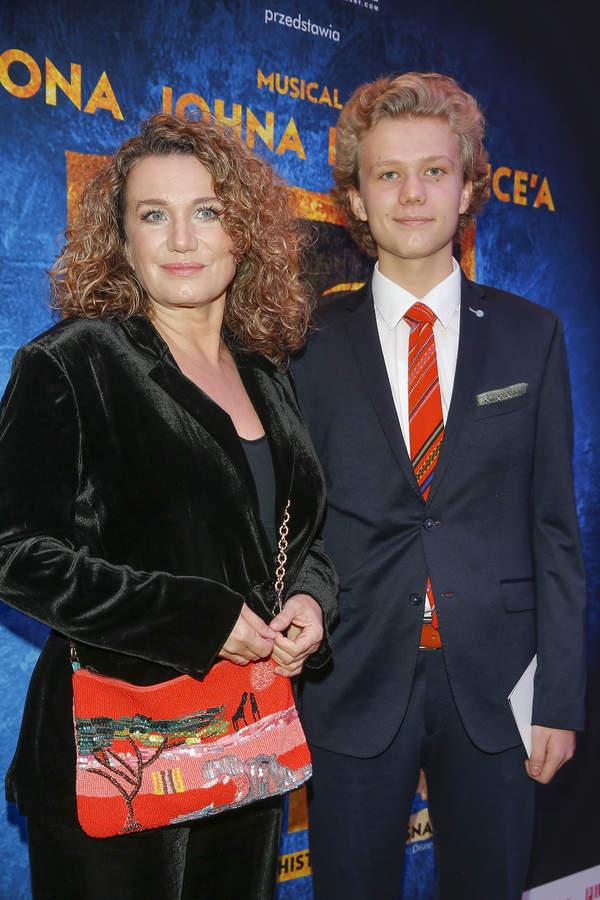 Joanna Trzepiecińska z synem na premierze Aidy, 2019