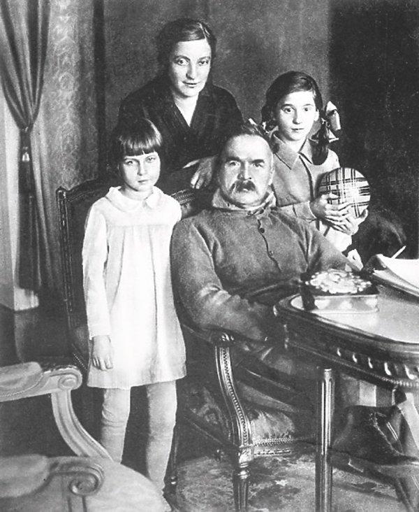 Józef Piłsudski z żoną, Marią i córkami, Wandą i Jadwigą