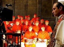 Jude Law jako Młody Papież przed kamerami i kardynałami