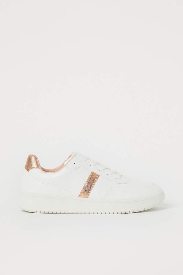 julia-wieniawa-w-bialych-sneakersach-i-modnym-kombinezonie-na-lato-2020-podobny-kupisz-w-hm-za-49-zlotych