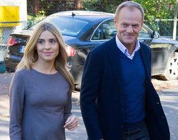 Kasia Tusk z rodzicami na wyborach. Blogerka już nie ukrywa ciążowych krągłości!