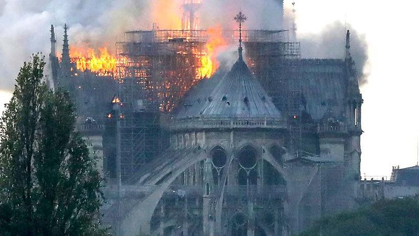 Katerda Notre Dame płonie