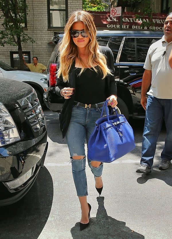 Khloe Kardashian w porwanych dżinsach