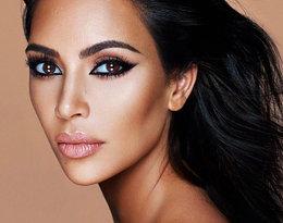 Powiększone usta, policzki, liczne operacje plastyczne… Metamorfoza Kim Kardashian robi wrażenie!