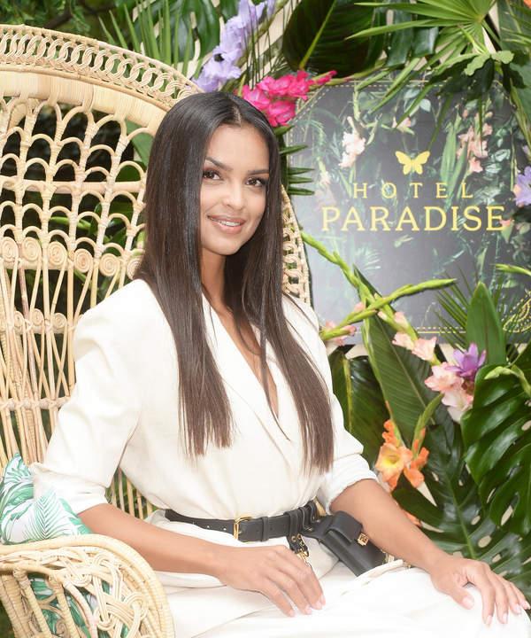 klaudia-el-dursi-w-garniturze-z-paskiem-za-5-5-tys-zlotych-promuje-drugi-sezon-hotelu-paradise