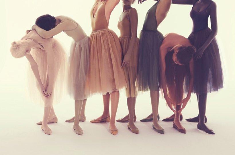 Kobiety w tiulowych spódnicach