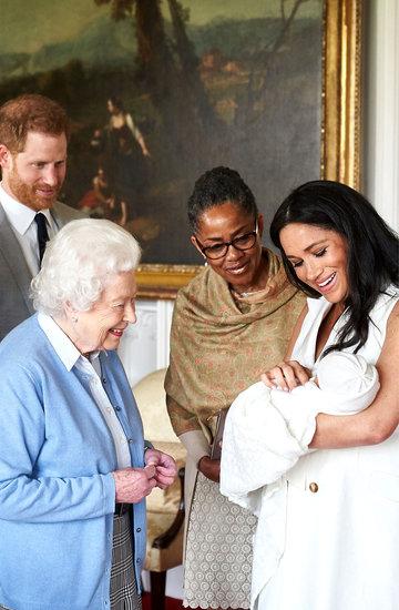 królowa Elżbieta II ogląda wnuka, księżna Meghan, jej mama i książę Harry
