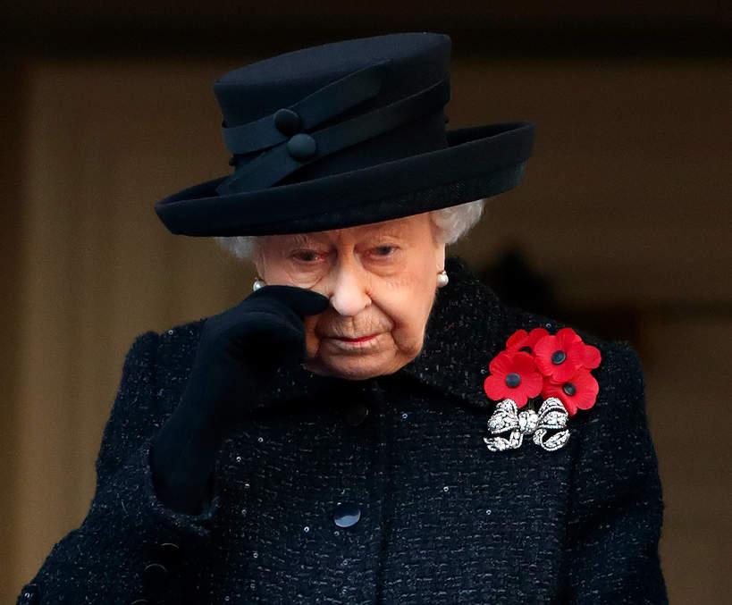 królowa Elżbieta II płacze