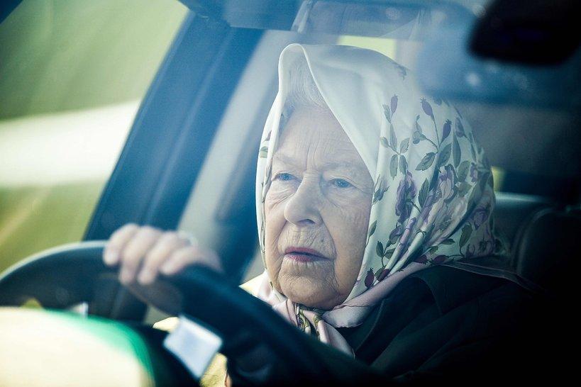 Królowa Elżbieta II prowadzi samochód