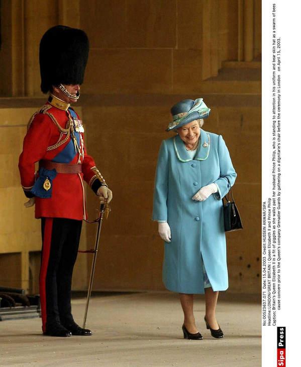 królowa Elżbieta II śmieje się