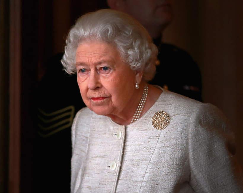 Królowa Elżbieta II smutna