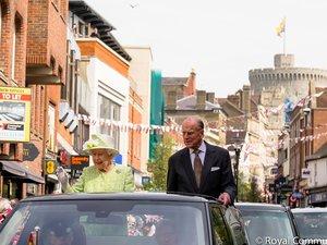 Królowa Elżbieta z mężem jada samochodem