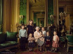 Królowa Elżbieta z prawnukami