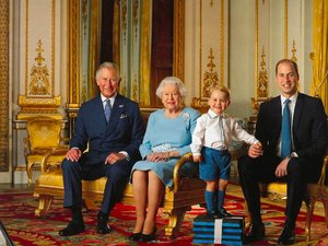 Królowa Elżbieta z wnukiem i prawnukiem oraz synem Karolem