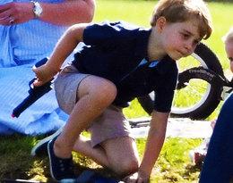 Książę George z pistoletem i nożem w ręku. Jego zabawki nie wszystkim przypadły do gustu...