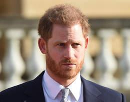 Żyje jak samotnik, izoluje się od innych. Książę Harry nie wygląda na szczęśliwego...