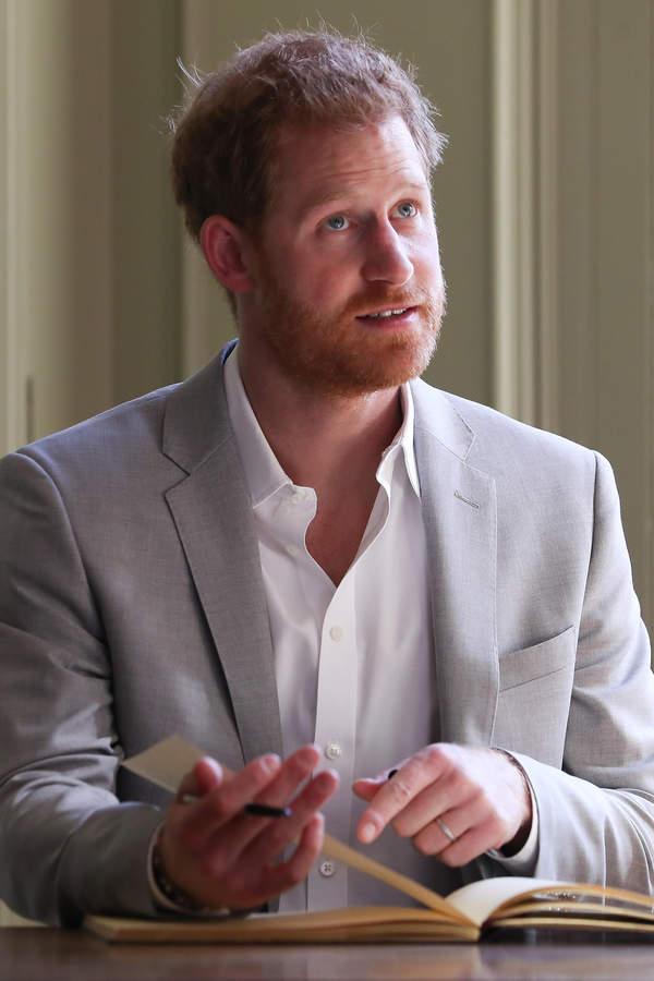 Książę Harry napisał książkę. Co opowie o rodzinie królewskiej?