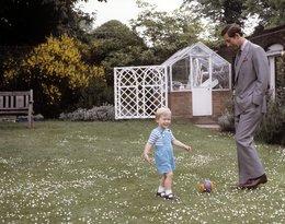 Książę William i książę Karol w ogrodzie Pałacu Kensington
