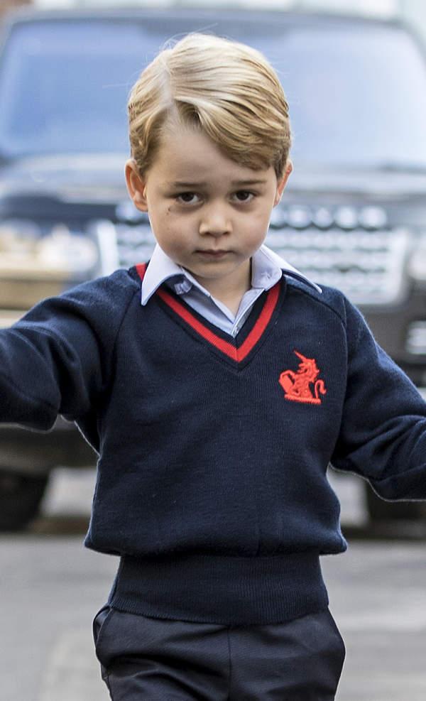 KsiążęGeorge w granatowym swetrze