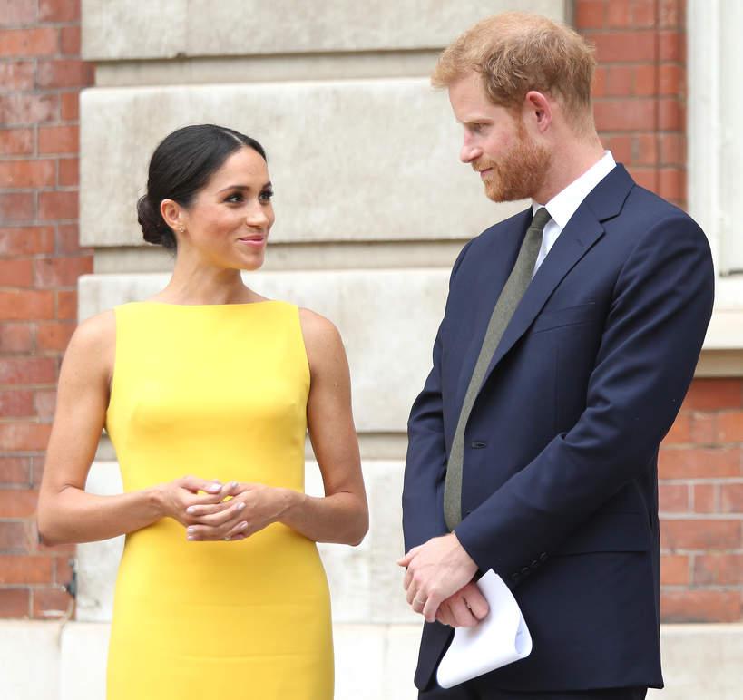 KsiążęHarry, księżna Meghan w żółtej sukience