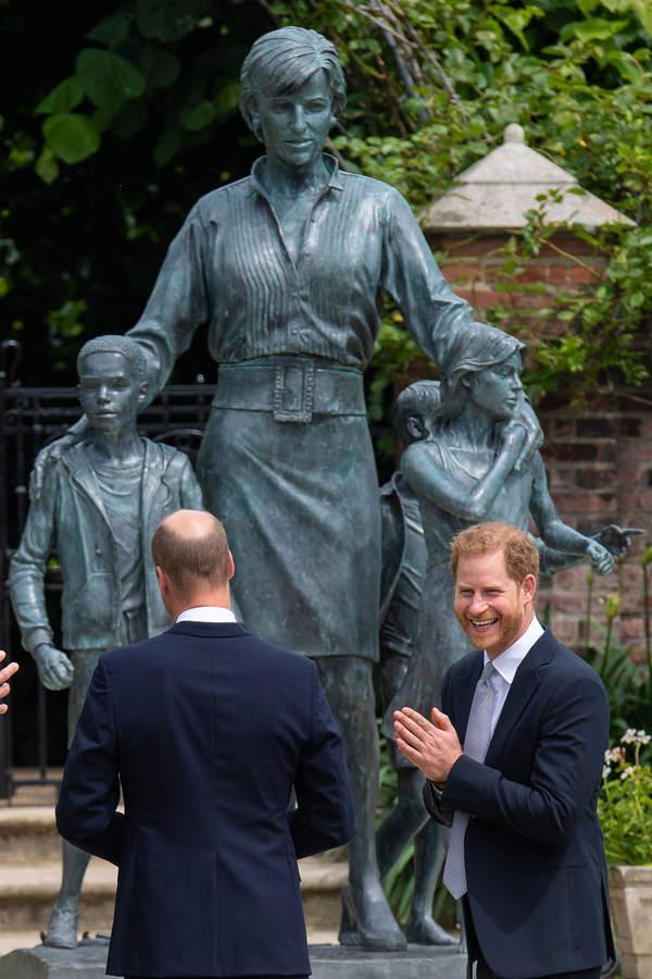 KsiążęHarry na odsłonięciu pomnika Diany