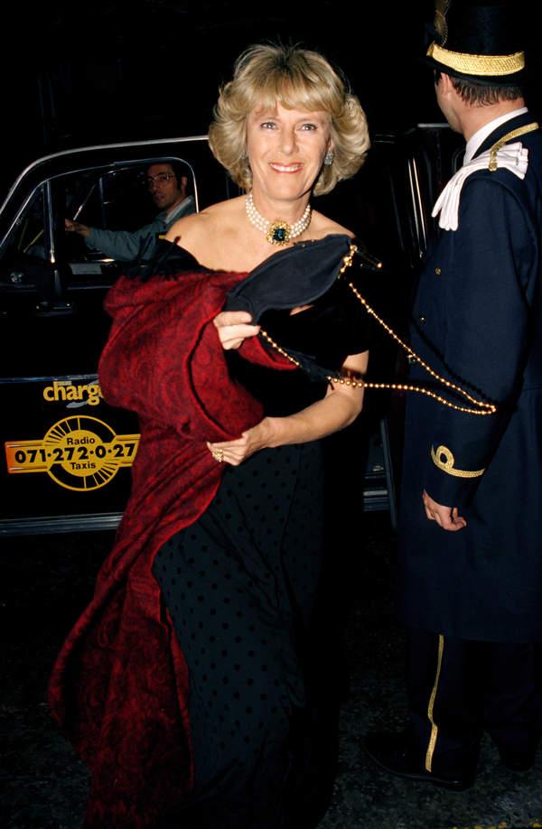 księżna Camilla jak księżna Diana w czarnej sukience zemsty