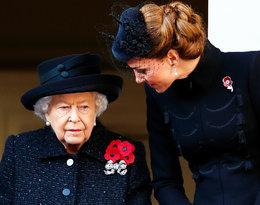 """Królowa zachwyca się księżną Kate: """"Dzięki niej rodzina królewska wydaje się prawie normalna"""""""