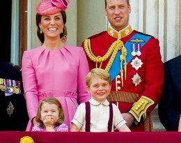Znudzona Charlotte i podekscytowany George oglądają pokaz lotnictwa z okien pałacu...