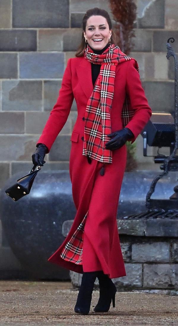 Księżna Kate szalik w kratkę