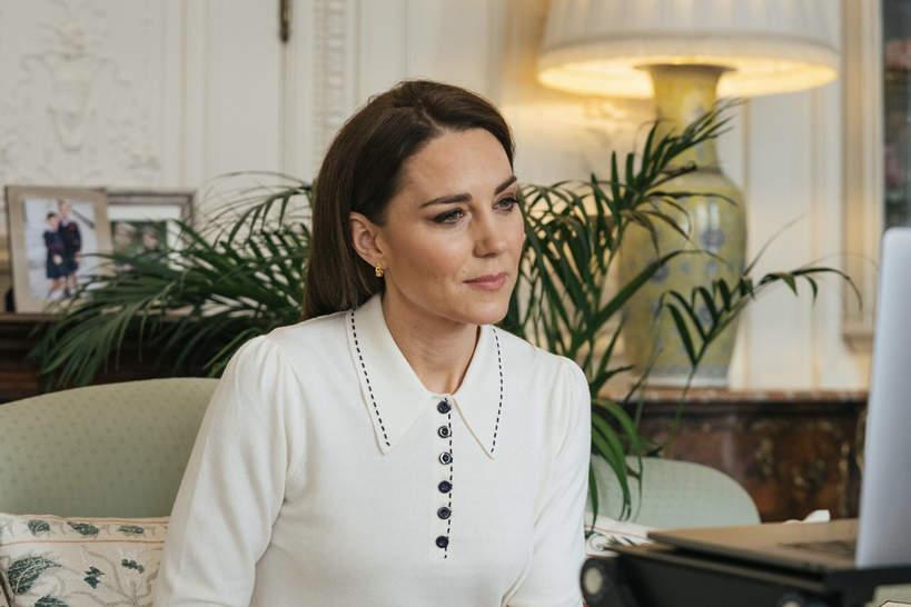 Księżna Kate w bluzce z kołnierzykiem