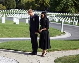 Książę Harry i księżna Meghan na Cmentarzu Narodowym. Internauci zwrócili uwagę na jej sukienkę...