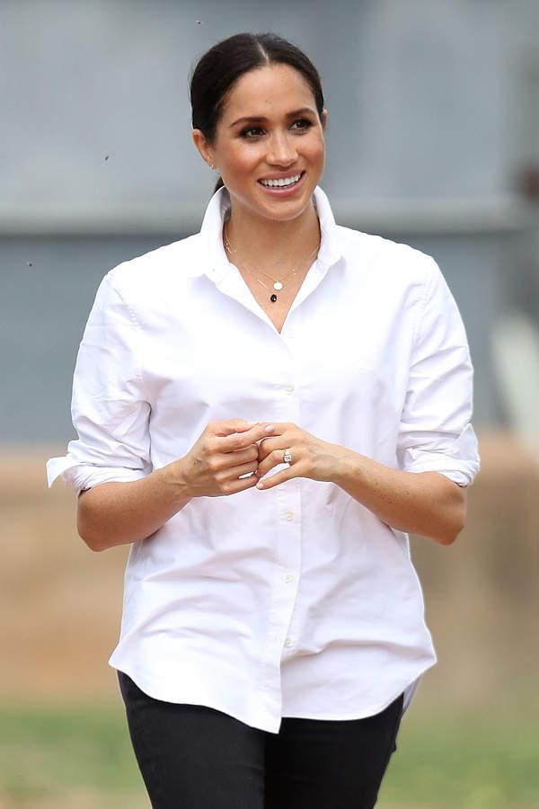 księżna Meghan w białej koszuli