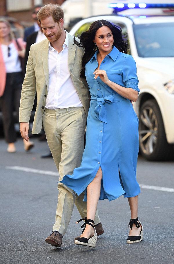 księżna Meghan w niebieskiej sukience