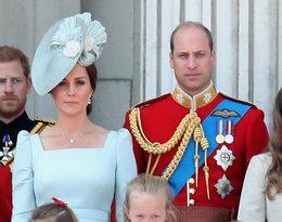 księżniczka Charlotte, książę George na balkonie z rodzicami, księżna Kate i książę William